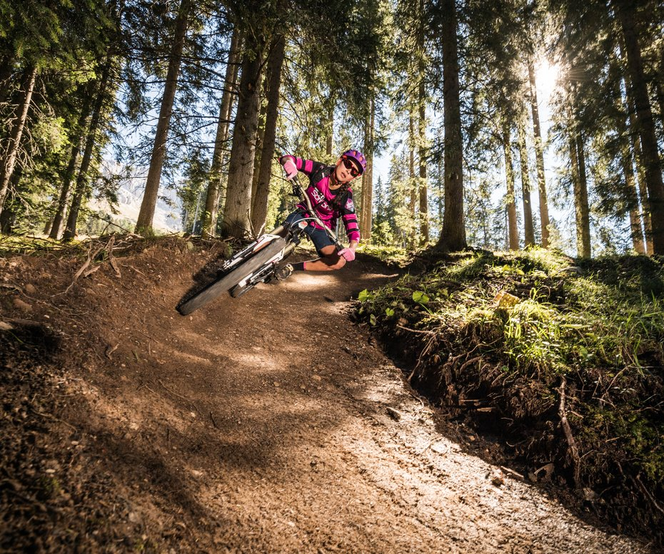 Carezza Trail Weg ein Mountainbiker Wald
