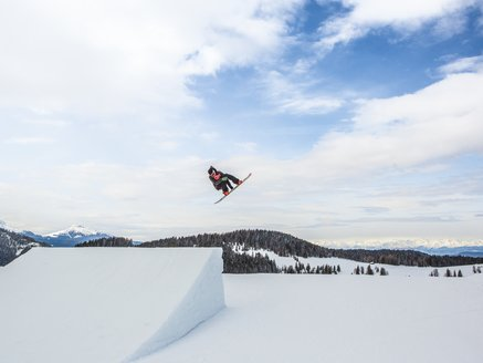 Snowpark Carezza snowboarder high jump