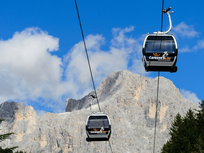 Gondolas of the cablecar Nova Levante under the Rosengarten